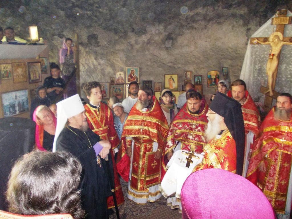 Наместник монастыря о.Даниил встречает Владыку Лазаря