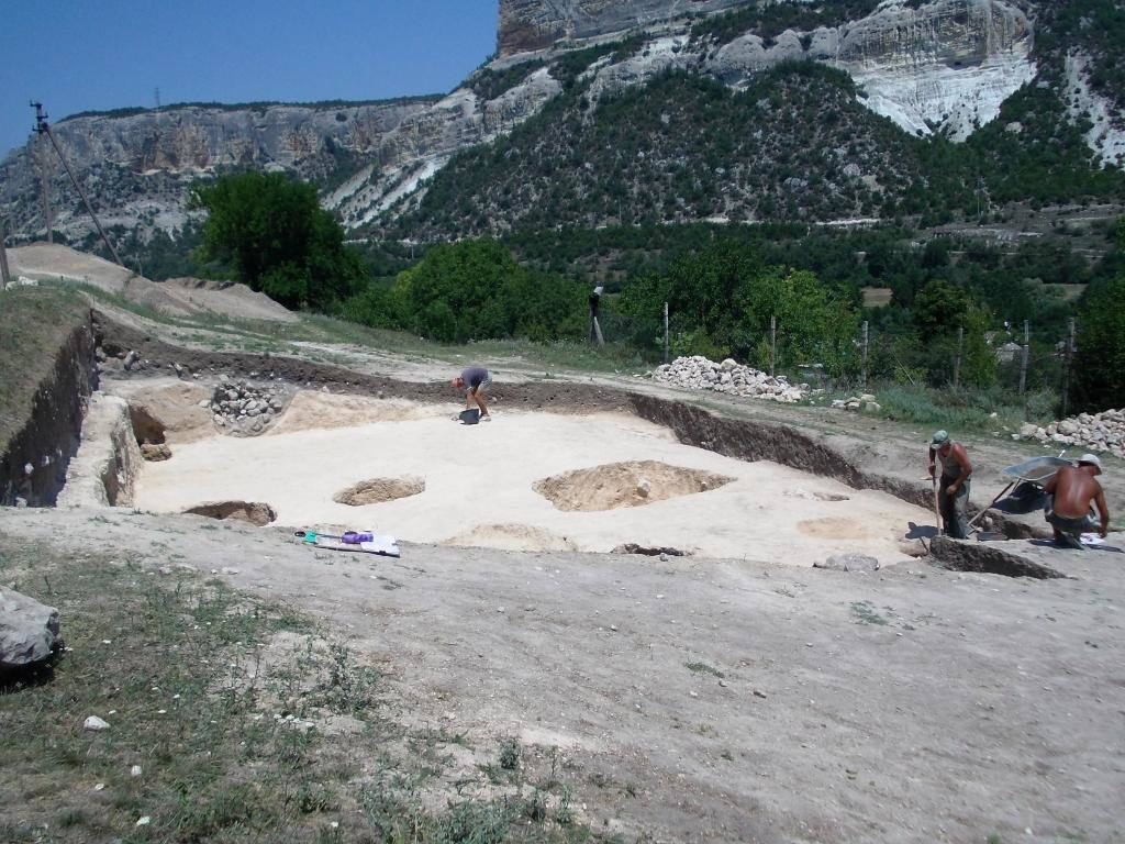 Лето 2012г. Работают археологи. На монастырском подворье . раскопки. Здесь были древние поселения?