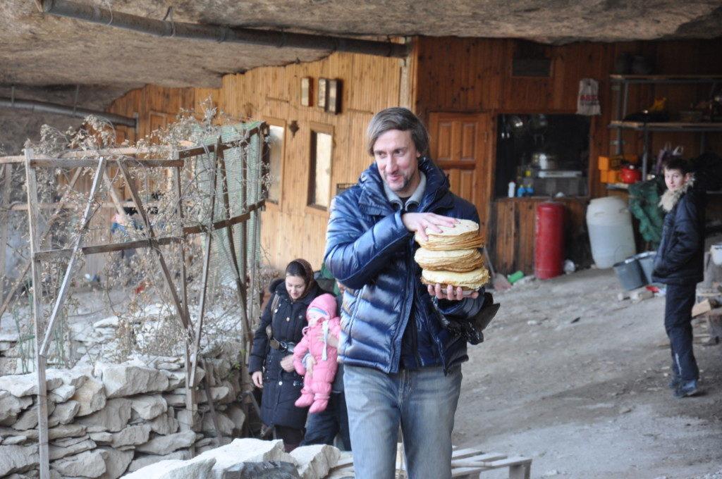 Сергий несет блины к паломнической трапезе