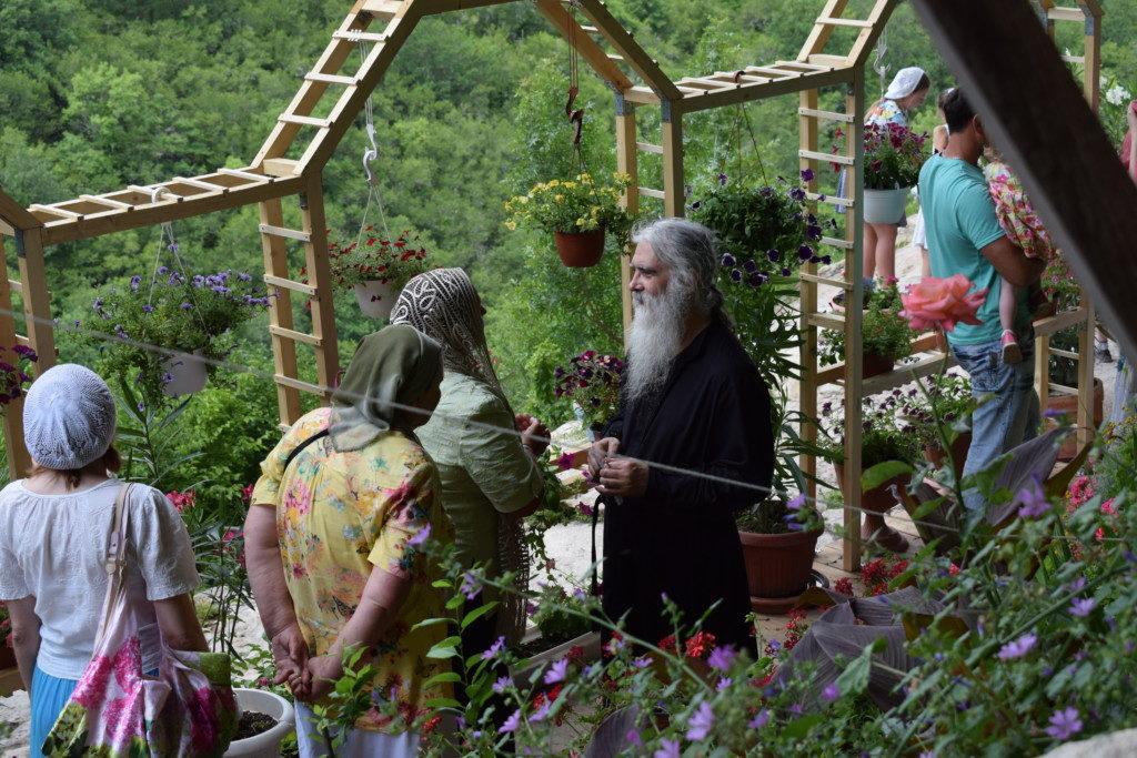 Отец Даниил беседует с паломниками