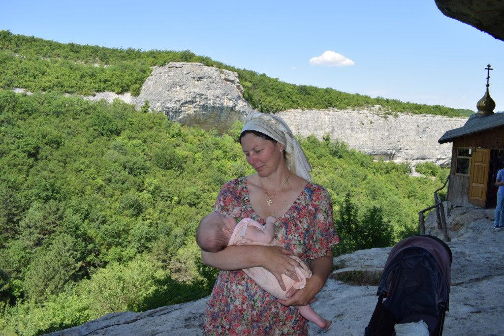 Юлия с дочуркой Фросей. Монастырь Феодора Стратилата